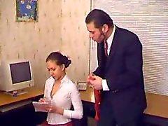 Patron chloroforme et viols elle le Secrétaire dans le bureau