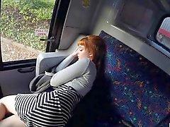 A menina adolescente excitada Lola batia dentro do ônibus