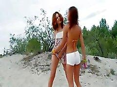 Venäjän cheerleaderit leikittelee rannalla