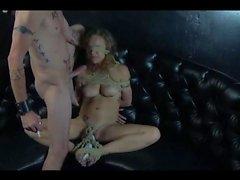 Bağlı köle yüzü orgazm becerdin