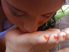 Ebony e as meninas brancas fazem o material fedido do pé a seu amigo de sono