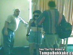 Blindfolded Slut A Tampa Bukkake Motel beceriyor döndürür !