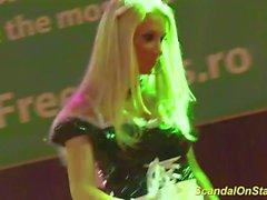 Stepmom striptease sul palco