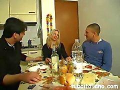 Biondina fa Pompa a Fratelli