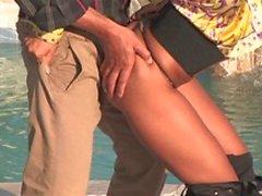 Frisk brunette i en häpnadsväckande åsna blir knullad från poolboy