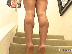 Geile blonde met sexy voeten poses en wacht op een man om te neuken