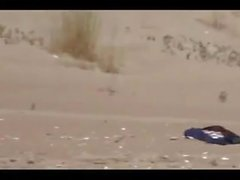 Casal dividir por estranhos em uma praia