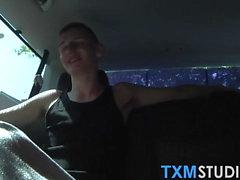 Drei twinkies tun hardcore anal fucking in einem kleinen Auto