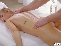 VIXEN Nicole Aniston tiene sexo dominante caliente en vacaciones