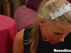 Blonde Maid Reinigung Dominas Füße Und Kissing Muschi