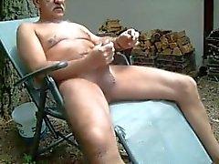 Alten Mann wanking außerhalb