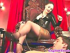 Dona domina o com os pés