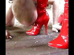 Red Stiefel lecken