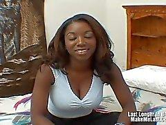 Audrey James tient un massage facial