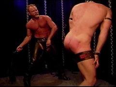 Wird kein Ton : Maskierte Muskel Bolzen in Bondage bekommt eine Prügel-und Schlagsahne zu seinem großen männliche Blase Butt .