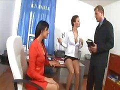 Seksi iç çamaşırı ve topuklu iki çıtır ile sekreter üçlü