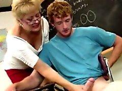 Spex ausgereifte Lehrer zog seinem Schwanz