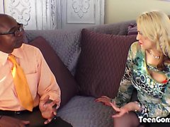TEENGONZO Busty loira Sarah Vandella leva gordura BBC no bichano