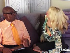 TEENGONZO грудастая блондинка Сара Ванделла берет жира BBC в киску