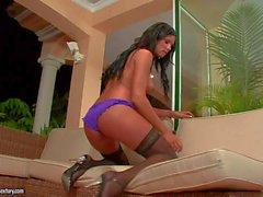 Ashley Bulgari es una belleza de pelo negro en nylon negro - Pornsharing el videoclip desnudo