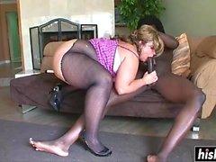 Un black cogne une nana à gros seins