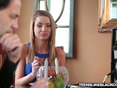 Tanner Мейс получила ее мокрая жесткие киска растягивается до грани