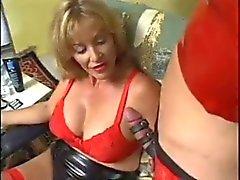 Blond goddess zwei Transvestiten Sklaven