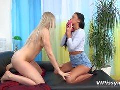 VIPissy - Kul pissing lesbiska plaska omkring i sina gyllene juice