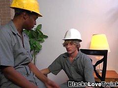 Travailleur noir obtient du visage