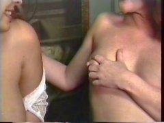 Mütter Dienerinnen einen Frühstück und Baby trinkt Milch aus ihrer eigenen Brüsten
