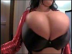 Leanne Variksen valtava luonnon tissit punaisen perkele