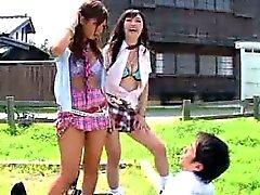 Japoneses Sluts Tease un chico Les resulta