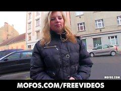 Timide de la fille blonde tchèques accepte de prendre des espèces pour un baiser publiques