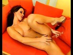 Sexy Susanna Spears on varustettu sormillaan ja dildoa miellyttämällä häntä tuliseen viilto