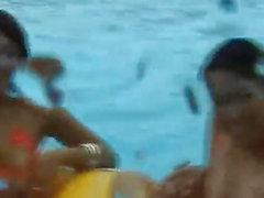 De Mai Sakurai y de bebés se ven afectados en la piscina de