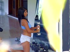 Amateur babe Evi Fox get aroused at the gym