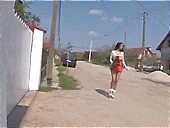 Busty Brunette lutka kävelee kaduilla ja löytää useita Dicks tehdä
