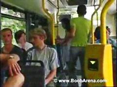 Morena peituda está no ônibus e suga seu pênis antes de foder