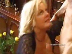 Грудастая светлые Итальянская мама делает в позиции шестьдесят девять и трахает своего сына