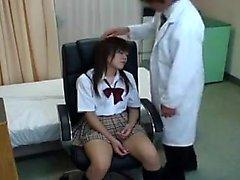 Une fille japonaise éblouissante avec des jambes sexy se sert du doct