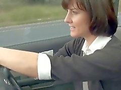 Reizvolle MILF wichst mit ihrem Auto