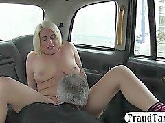 Tattooed blonde Frau saugt und schlug in der Kabine