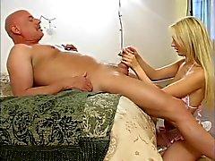 Bikini blonde kniet Glatze Typ lang Abrieb n- Schlepper zu geben