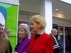 Britânico madura Yvonne pegou na rua.