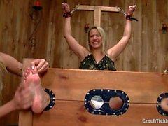 Gebundene und kitzelte Füße von Samantha!