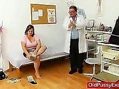 Grassi bruna suocera riceve un gyno di