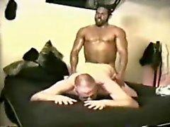 Macho Muskel Mensch serviert werden