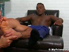 Hot Hunk Ricky gibt seinen Freund Pheonix einen guten Fuß lecken