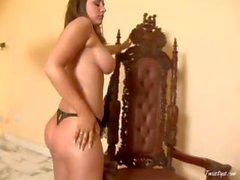 Busty brunette d'Erica de Campbell met nue et les dévoile de webcams