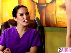 Megan Regen tut Tiefenmassage in Karlie Montana feuchte Muschi